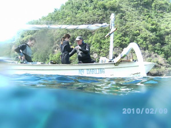 Tradicionalni balinežanski čamac i mi u njemu
