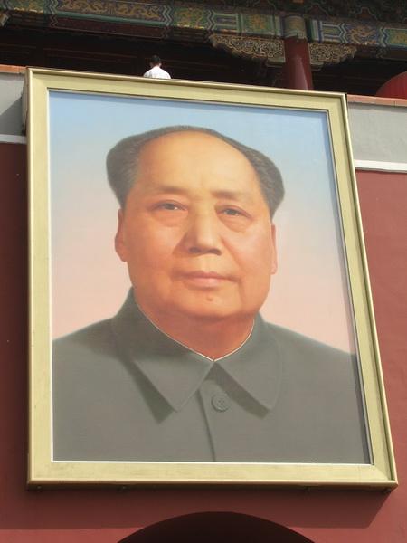 Slika Mao Cedunga na ulazu u Zabranjeni grad, preko puta Mauzoleja,